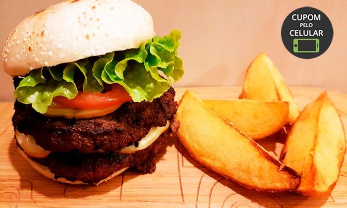 Hambúrguer com batata rústica (opção com chope) no Na Casa do Ganso – Mercês