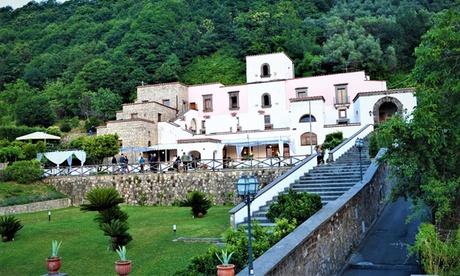 Napoli, Vico Equense: camera matrimoniale con colazione e 1 cena per 2 persone all'Hotel Villa della Porta