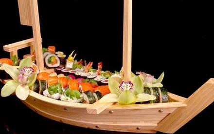 Menú de sushi para 2 o 4 con entrante, barco de 24 piezas, complemento, postre y bebida desde 22,99 € en Shang Shi