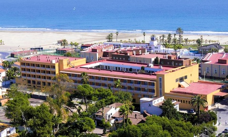 Castellón: 1, 3, 5 o 7 noches para 2 con pensión completa, detalle, parking y late check-out en Hotel del Golf Playa 4* Oferta en Groupon