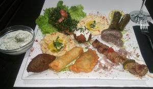 Aux Délices du Liban: 2 assiettes de 10 mezzés, 2 brochettes et assortiment de pâtisseries dès 22,50 € au restaurant Aux Délices du Liban