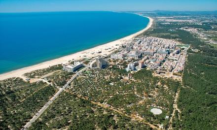 Algarve: 2, 3, 5 o 7 noches para 2 adultos y 1 niño de hasta 8 años con desayuno en Hotel Navegadores