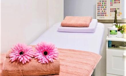Manicura y depilación de cejas con opción a pedicura y masaje facial en Sabas Looks (hasta 61% de descuento)