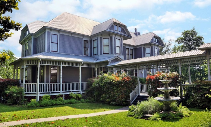 Inn on the Creek - Salado, TX: 1-Night Stay with Options for Picnic and Breakfast in Bed at Inn on the Creek in Salado, TX