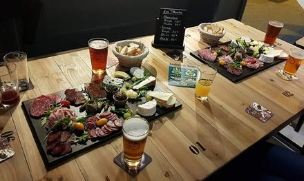 2 bières artisanales pression accompagnées dun saucisson entier à 9,90 € chez Couleurs de Bières Pressions