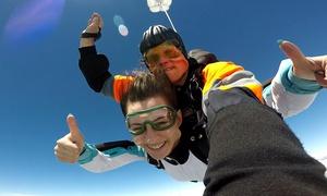 Skygrejfi: Skok ze spadochronem w tandemie oraz instruktaż wprowadzający przed skokiem od 629 zł z firmą Skygrejfi – 3 lokalizacje