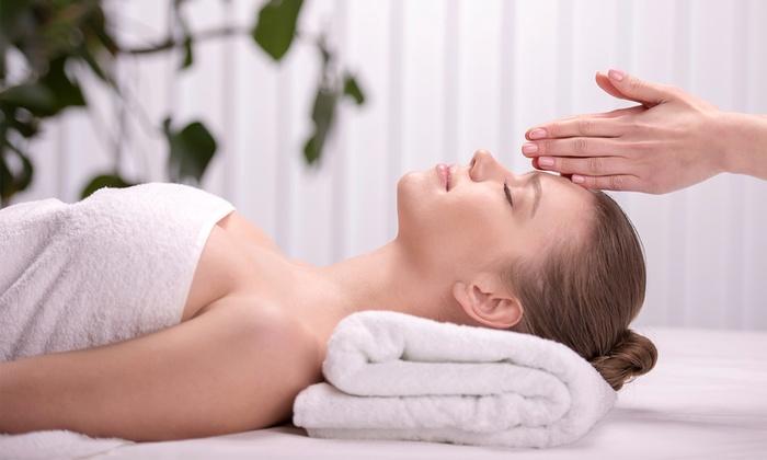 Clínica Capilar y Estética Dermay - Clínica Capilar Y Estética Dermay: Limpieza facial por 19 €, con masaje corporal relajante por 29 € y con manicura o pedicura por 34 €