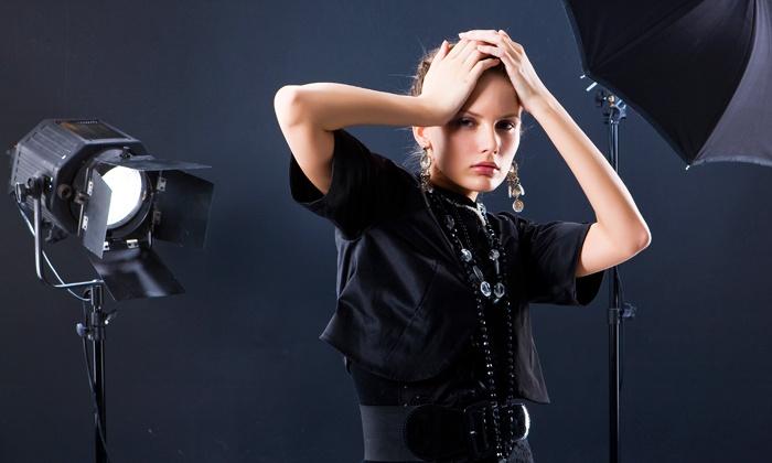 Fotografie Alex Schaerer - Fotografie Alex Schaerer: Indoor-Fotoshooting inkl. Outfitwechsel und Ausdruck im Format 13 x 18 cm bei Fotografie Alex Schaerer ab 29,90 €