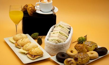 Desayuno dulce/salado a domicilio para 2 personas en Produxit Catering (con 50% de descuento)