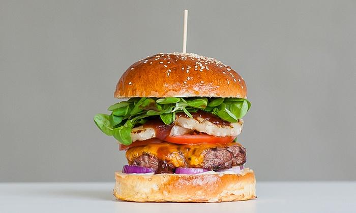 Wół i Krowa - Szczecin: Burgery z frytkami dla 2 osób za 39,99 zł i więcej opcji w burgerowni Wół i Krowa na starówce