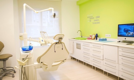 Limpieza o blanqueamiento  dental en Clínica Carrasco Dental (hasta 82% de descuento)