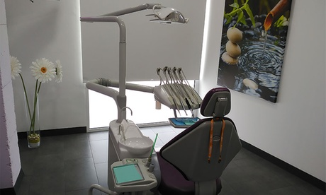 Limpieza bucal completa y blanqueamiento LED para uno o dos desde 9,95 € en Clinica Dental La Vaguada
