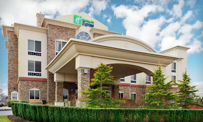 2.5-Star Long Island Hotel - Riverhead, NY: One- or Two-Night Weekday Stay for Two with Wine Tastings at Holiday Inn Express Long Island-East End in Riverhead