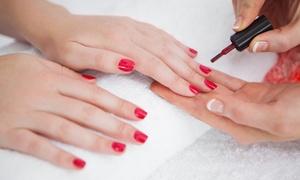 Le Johara: Traditionele manicure met nagellak van Essie voor 1 of 2 personen bij Le Johara (vanaf € 19,90)