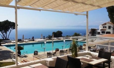 Día de piscina con vistas al mar para 2 o 4 con copa de cava, aperitivo y cocktail desde 14,95 € en Bahia Beach Club
