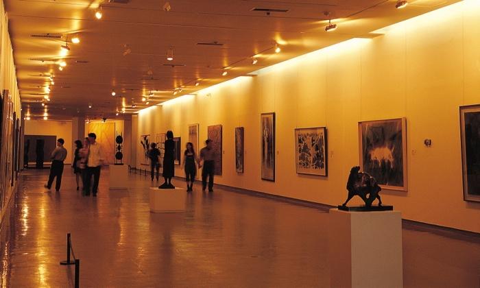 Curator-Guided Art Fair Tour - Capitol Skyline Hotel: Tour Art Fair with Curator and Mingle with Acclaimed Artist