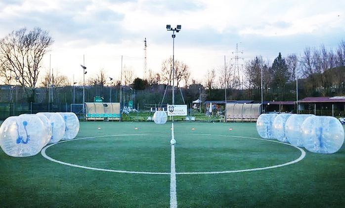 Una partita di bubble soccer per 10 persone