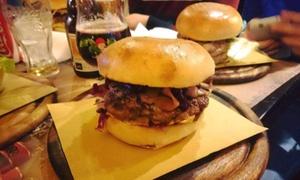 Old English Pub Albachiara: Menu hamburger con antipasto, dolce, birra e amaro fino a 6 persone all'Old English Pub Albachiara (sconto fino a 78%)