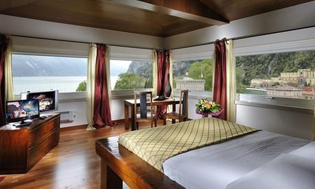 Riva del Garda: camera doppia con colazione o mezza pensione, aperitivo di benvenuto e Spa per 2 al Grand Hotel Riva 4*