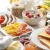 Frühstück mit Brötchen oder Müsli