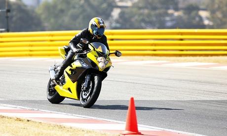 Curso para obtener el carné de moto con 5 o 7 prácticas desde 44€ o 39 € por un descuento de 200€en Autoescuela Premium Oferta en Groupon