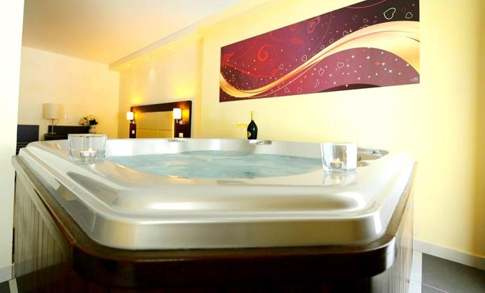 Toscana, La Villa Resort - Una notte con colazione, aperitivo o con cena in Classic Room o Suite con Jacuzzi per due