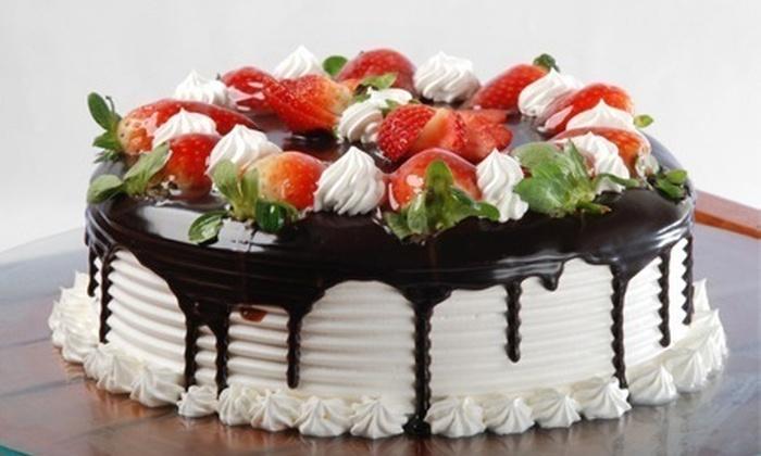 Caramelado Doceria Delivery - Salvador: Caramelado Doceria – Brotas: kit festa com torta, salgados, doces, pão de metro e pãezinhos, a partir de R$ 159