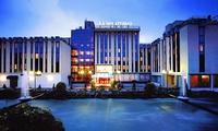 Verona: Hotel Leon d'Oro 4*, 1 o 2 notti in camera classic con colazione, 1 cena o 1 bottiglia di vino per 2 persone