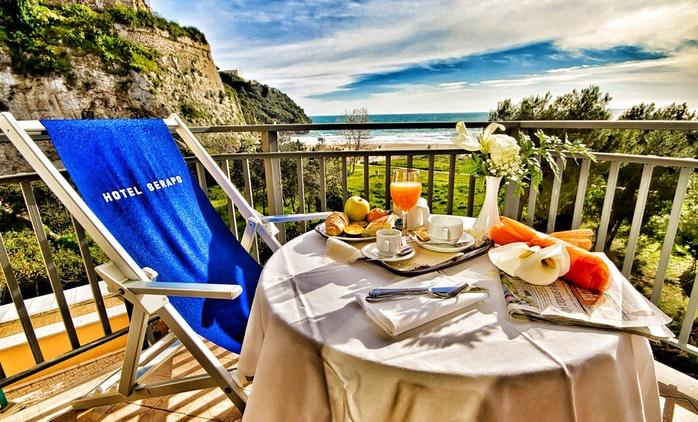 Gaeta: Hotel Serapo, 1 notte con colazione o mezza pensione per 2 persone