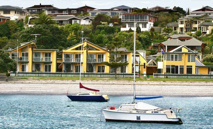 Bucklands Beach: 1 or 2 Nights for Two with Breakfast, Drink and Late Check-Out at Bucklands Beach Waterfront Motel