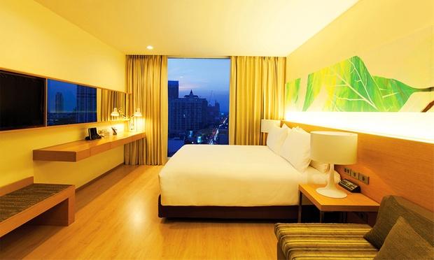 Bangkok: Local Hotel + Flights 1