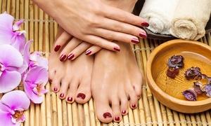 New Moon (Aci Sant'antonio): Una, 3 o 5 manicure con pedicure e smalto semipermanente (sconto fino a 79%)