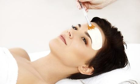 Classic Gesichtsbehandlung Hautunreinheiten-Anwendung mit Anti-Aging-Pflege in der Beauty Agency in Konz