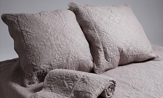 couvre lit boutis matelass taies d 39 oreiller groupon shopping. Black Bedroom Furniture Sets. Home Design Ideas
