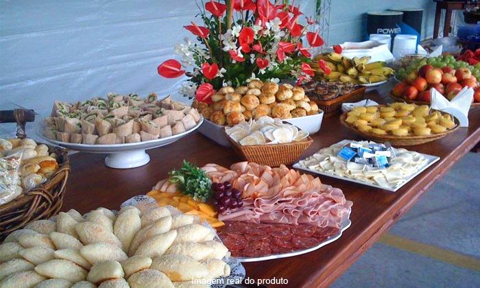Qualy Festas - Salvador: Qualy Festas – Santa Mônica: kit festa com torta salgada, salgados, pães com recheio e doces, a partir de R$ 129