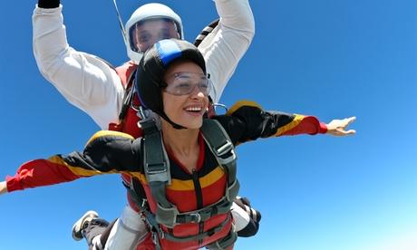 Salto tándem en paracaídas para 1 o 2 personas desde 154 € en Skydive