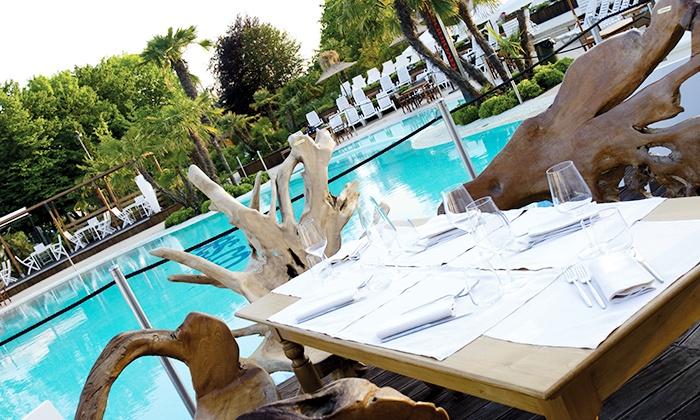 Pes.co - PES.CO: Pes.co - Ingresso in piscina per 2 persone con lettini e cena con pizza e birra da 29,90 €