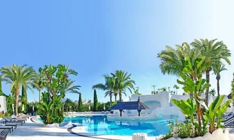 Almuñécar: apartamento en hotel 4* para 2 adultos y 2 niños con cava y bombones en Hotel Suites Albaycín del Mar