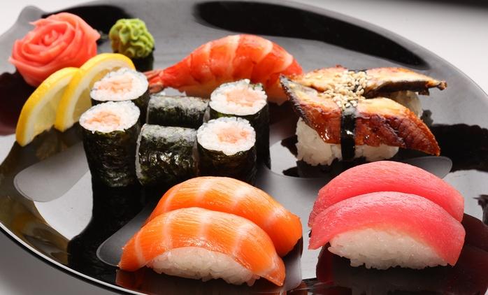 Bandeja de 52 piezas de sushi con entrante, postre y bebida para dos desde 24,95 € en la calle Hermosilla