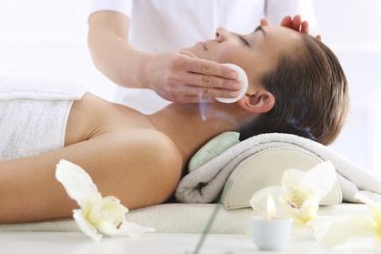 60 Minuten klassische Gesichtsbehandlung mit Gesicht-Dekolleté-Massage bei Beauty Factory Frankfurt