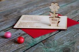 Fajna Fabryka: Personalizowana drewniana laurka z wyciskanym kwiatem na Dzień Kobiet od 14,99 zł z Fajnej Fabryki