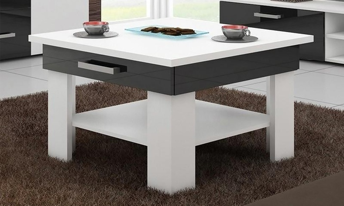 Fyrkantigt soffbord med utdragbara lådor. Pris 1 599 kr.