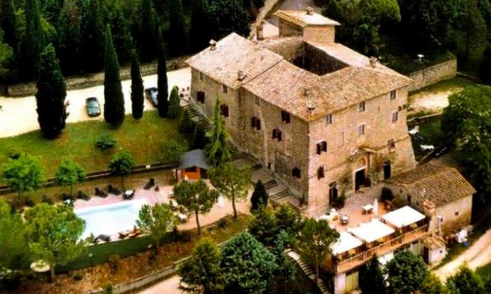 Il Maniero - Assisi: Assisi, Il Maniero - Una notte per 2 persone in castello medievale con cena romantica per San Valentino a 99 €