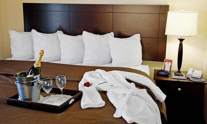 Comfort Suites Elgin - Elgin, IL: 1-Night Stay with Optional Wine, Chocolate, and $50 Dining Credit at Comfort Suites Elgin in Chicagoland
