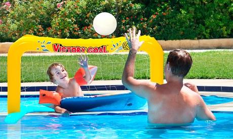 Portería inflable con balón para usar en la piscina