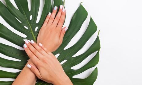 Sesión de manicura y/o pedicura con esmaltado y diseño en 1 uña en Salvajes (hasta 54% de descuento)