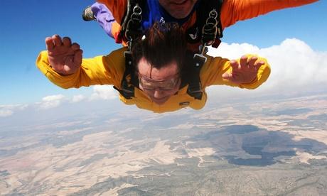 Salto tándem en paracaídas para 1 o 2 personas con Skydive Oferta en Groupon
