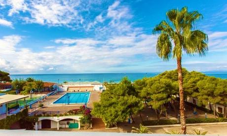 Scalea: trattamento a scelta con bevande incluse per 2 + tessera club e spiaggia al Santa Caterina Village Club 4*