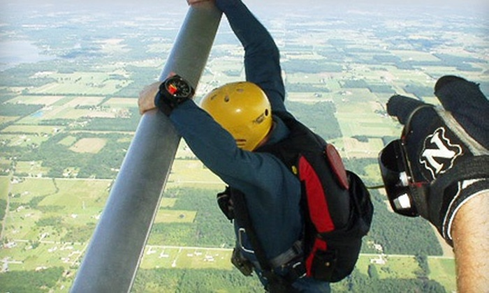 Skydive Iowa - Warren: $99 for a Skydiving Lesson and Solo Jump from Skydive Iowa ($189 Value)