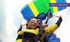 Szkoła Spadochronowa Skoczek: Skok w tandemie z wysokości 4000 metrów od 499 zł w Szkole Spadochronowej Skoczek (do -32%)